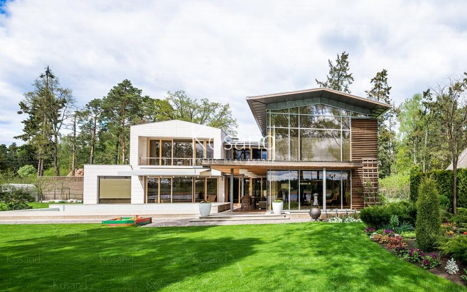 Современный дом на берегу реки