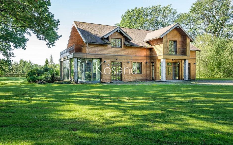 Красивый дом у реки, в Адажи
