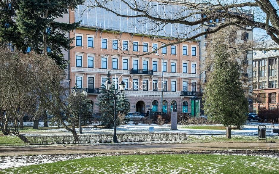 Инвестиционное здание в Риге, напротив парка