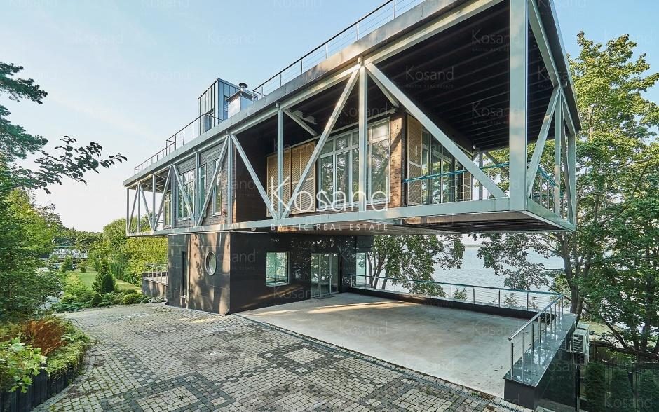 Современный дом в Межапарке на берегу озера